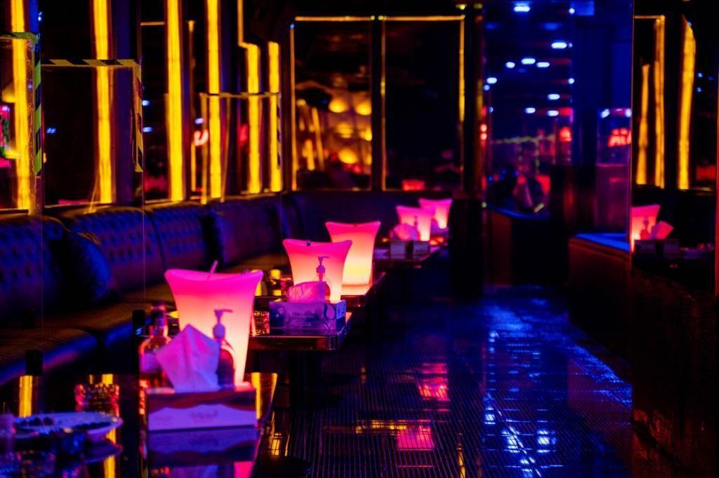 La Casa Lounge Night Look